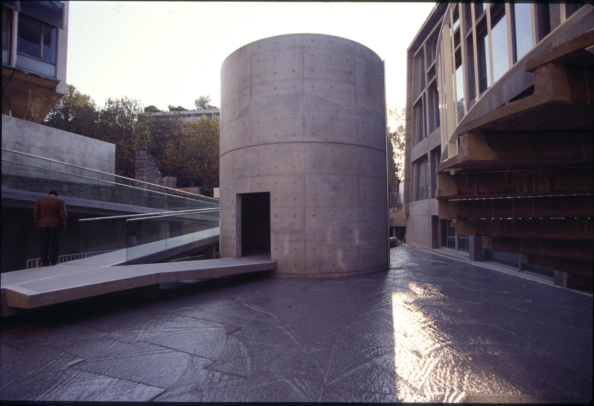 Vista desde el exterior del edificio. Cilindro de hormigón sabra un estanque
