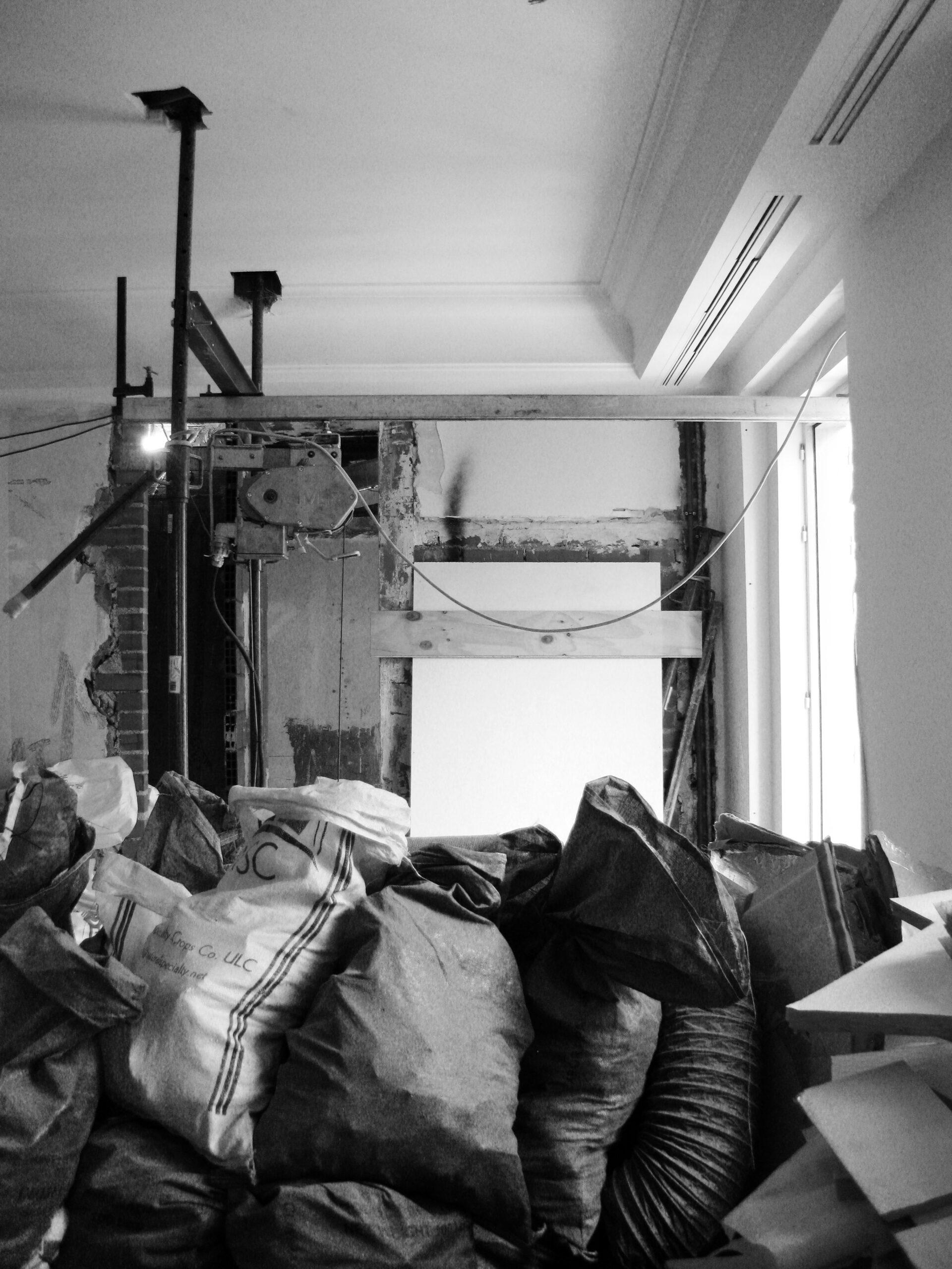 Imagen de una obra con sacos de escombros y maquinaria