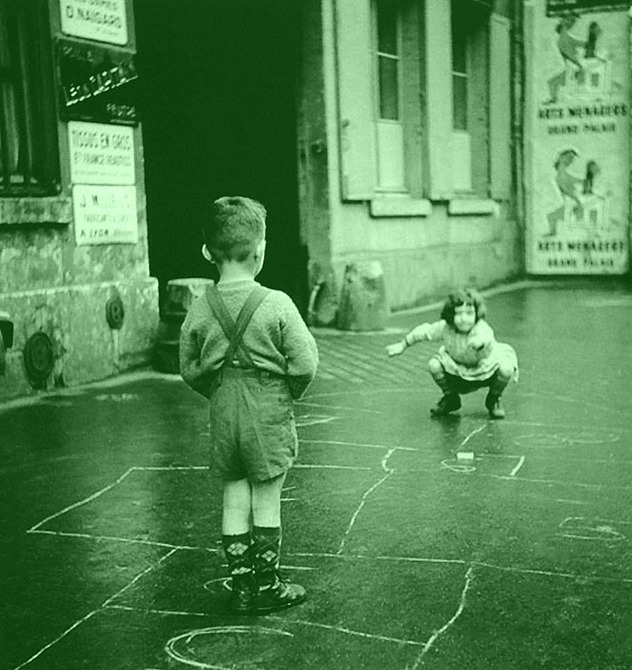Niños jugando a Rayuela
